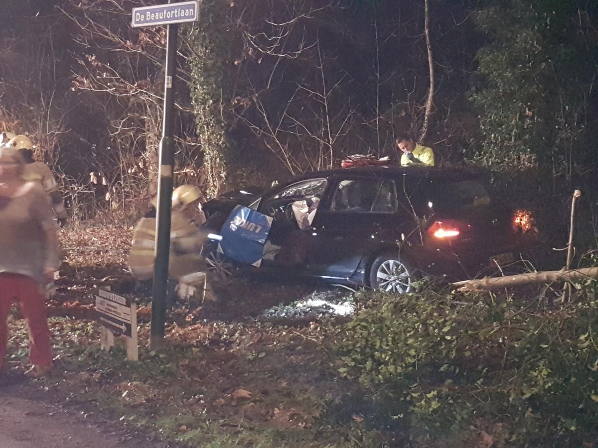 De 19-jarige bestuurder reed tegen een boom op de Beaufortlaan in Soest