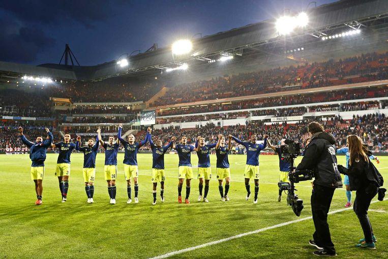 Ajax-spelers bedanken de meegereisde supporters in Eindhoven. Beeld anp