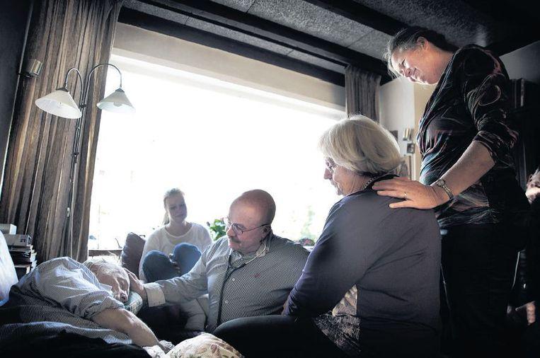 Arts Sjef Boesten en verpleegkundige Ans Duteweert (uiterst rechts) constateren de dood Beeld Mona van den Berg