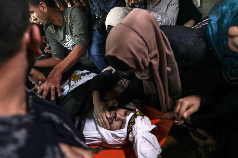Familie van een strijder van Islamitische Jihad rouwen op zijn begrafenis. De man kwam om het leven bij een luchtaanval van Israël.  Beeld AFP