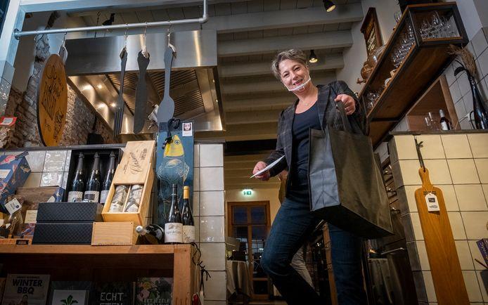 Eigenaresse en vinologe Tina Zwaart van restaurant Ratatouille in Harderwijk geeft bestelde maaltijden vanuit hun CuliWinkel aan gasten mee.