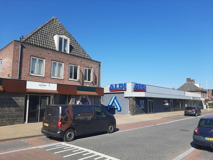 De Aldi koopt in Zetten beide buurpanden op en gaat een grotere supermarkt bouwen; met groot parkeerterrein.