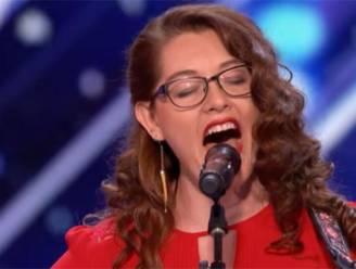 """Dove zangeres ráákt Simon Cowell: """"Mandy, hier zal je geen doventolk voor nodig hebben!"""""""