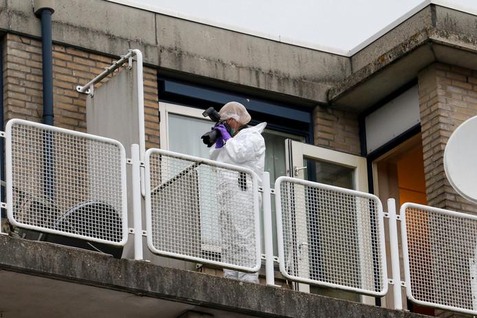 Sporenonderzoek op het balkon van de woning aan de Crooswijkseweg.