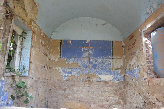 Nu de kapel gesloopt wordt en de houten binnenwanden weggenomen zijn, ontsluit zich een merkwaardige tekst: De kalligrafische letters 'Onze Lieve Vrouw van Troost. B.V.O.'.