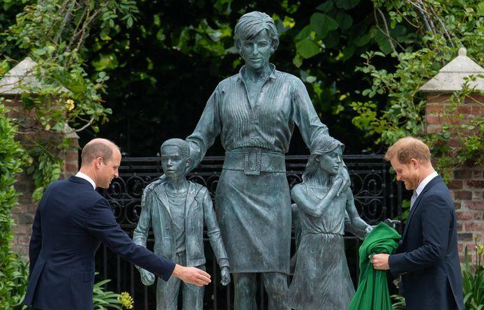Prins William en prins Harry onthulden donderdag het beeld van hun moeder Diana in de Sunken Garden bij Kensington Palace.