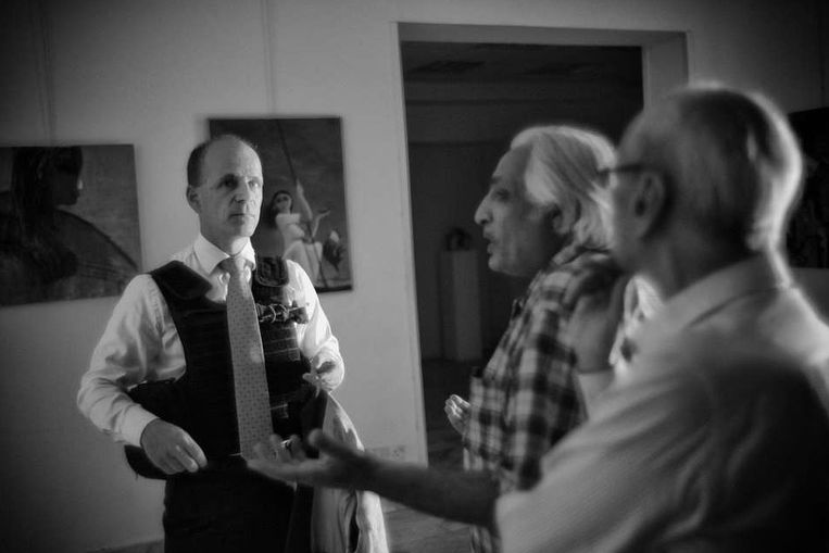 Jan Waltmans bezoekt met een kogelvrij vest een kunstgalerie Beeld Eddy van Wessel