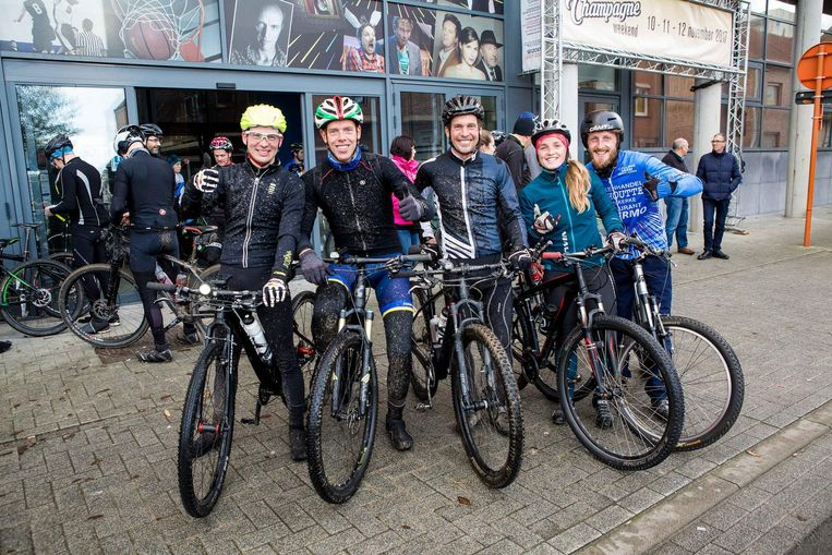 Enkele deelnemers na de tocht met hun mountainbike.