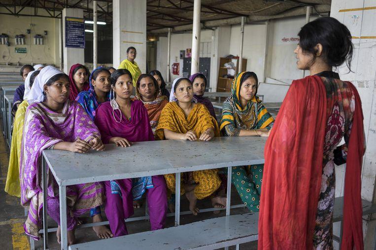 Medische en praktische voorlichting onder werktijd aan zwangere vrouwen in kledingfabriek MGL in Dhaka. MGL heeft 850 werknemers, merendeels vrouwen. Beeld Catrien Ariens