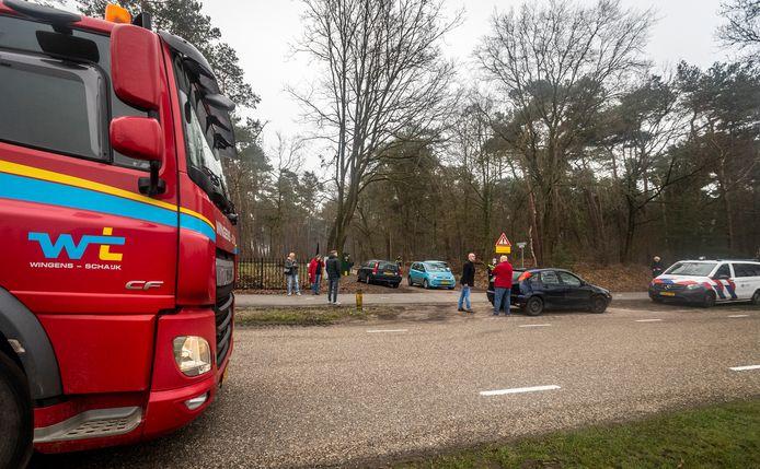 Beerzenaren blokkeerden woensdagochtend de weg Kromvensedijk voor bouwverkeer. De gemeente wilde de weg richting de woning van Jan de Rooy asfalteren.