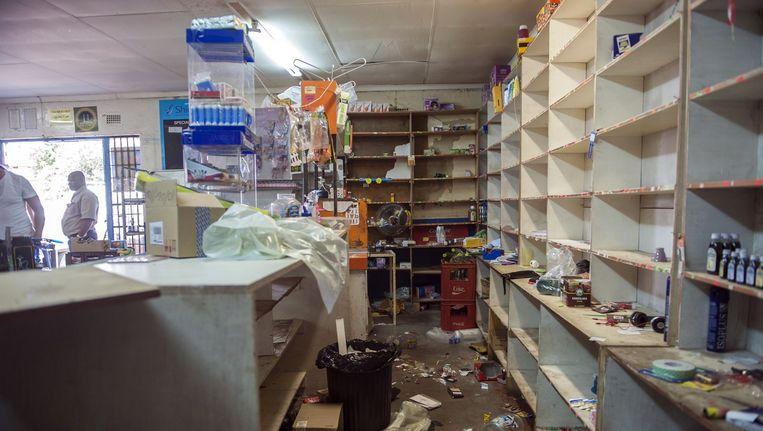 Een geplunderde supermarkt in Johannesburg Beeld afp