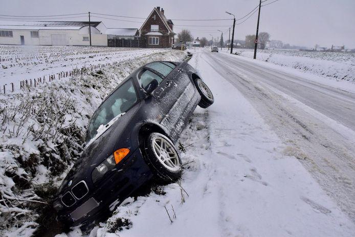 Langs de Moorseelsesteenweg in Rumbeke is vanmorgen een auto in de gracht beland.