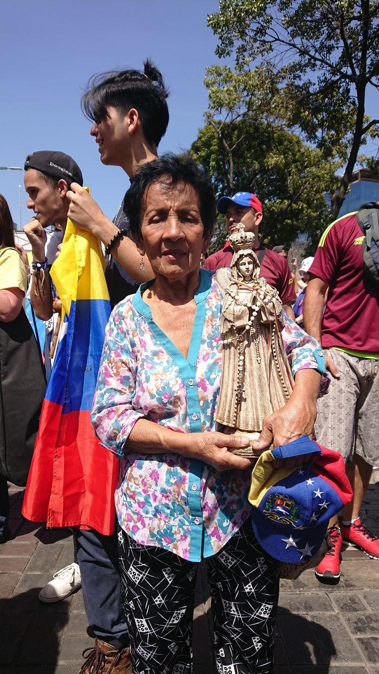 Maria Vallera draagt haar eigen teken van hoop mee op de demonstratie  Beeld Edwin Koopman