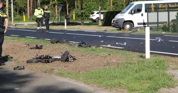 Gewonde bij botsing tussen brommer en auto in Bornerbroek, weg afgesloten.