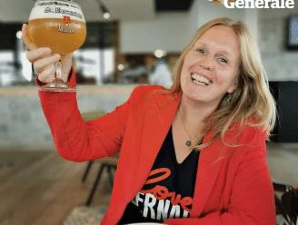 Bierkenner Kristel Logie drinkt haar eerste pintje bij Goeste