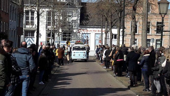 Uitvaartstoet Ichelle arriveert op de Markt in IJzendijke.