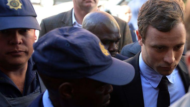 Oscar Pistorius (rechts) verschijnt bij de rechtbank, vandaag. Beeld afp
