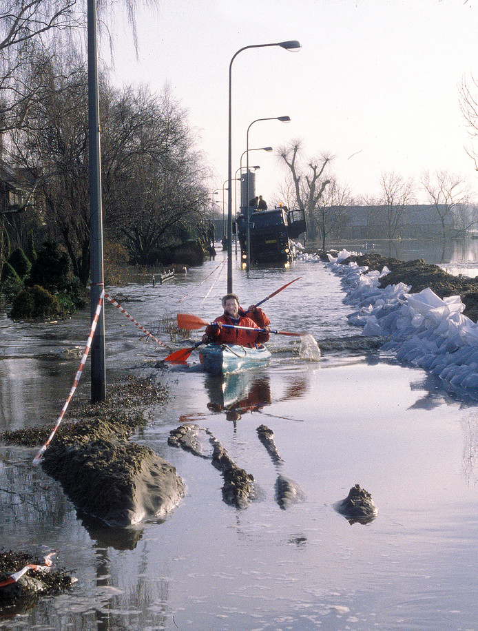 Tijdens een eerdere overstroming pakten inwoners van Gennep de kano.