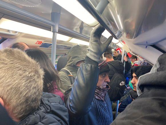 De Britten houden hun hart vast voor de verdere uitbraak van het coronavirus. Dat neemt niet weg dat de Londense metro, de drukste van Europa, ook vandaag volzat met pendelaars. Anderhalve meter afstand houden is onmogelijk.