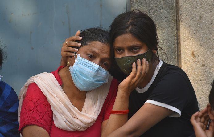 Famille d'un défunt assistant à une crémation en Inde. 2,5 millions de cas ont été détectés dans le pays ces sept derniers jours.