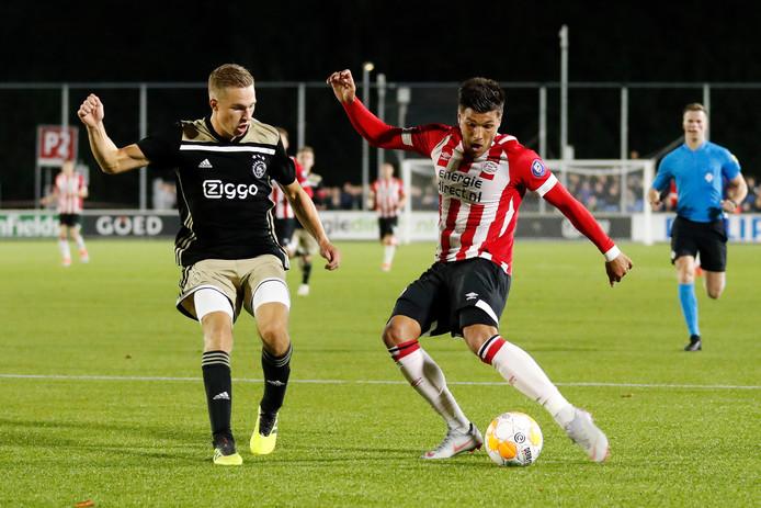 Spelen op het tweede niveau was voor spelers van Jong PSV en Jong Ajax goed voor hun ontwikkeling. Zo liet Joël Piroe (rechts, in duel met Boy Kemper van Ajax) zich vaak gelden bij Jong PSV. Onlangs werd zijn contract verlengd tot 2022.