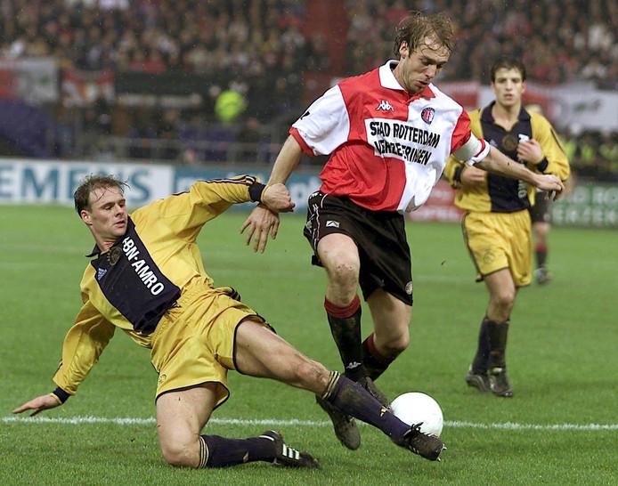 Tom Sier van Ajax en Paul Bosvelt van Feyenoord in duel.