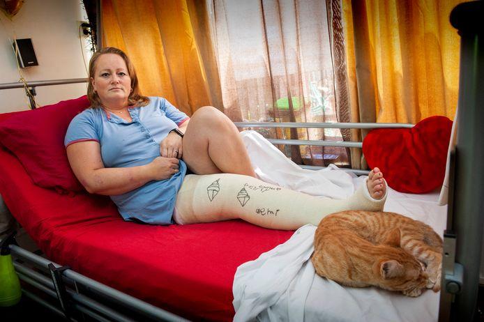 Daniëlle Schuiling in juli 2019 thuis om te herstellen van de botsing vlakbij haar huis. Zij ligt nu weer thuis na een operatie.