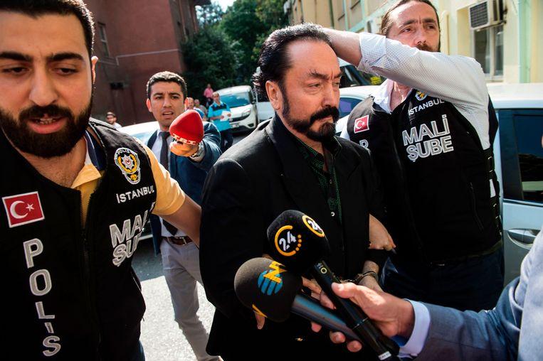 Predikant Adnan Oktar op weg naar de rechtbank.  Beeld AFP