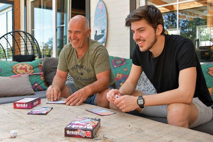 Vader Frans en zoon Milan de Boevere bedachten het kruiswoorddobbelspel Bresk! Een spel waarbij je het jezelf en de andere spelers flink lastig kunt maken.
