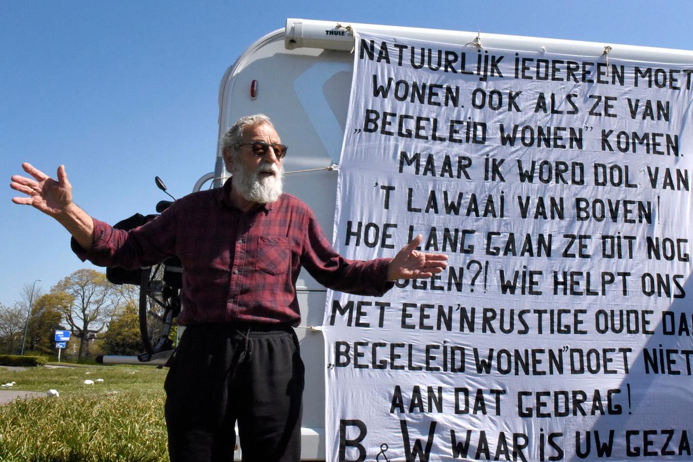 Wim Verboom staat met zijn camper als vorm van protest tegen burenoverlast op het narcissenveld tussen het NS-station en het Defensie-eiland