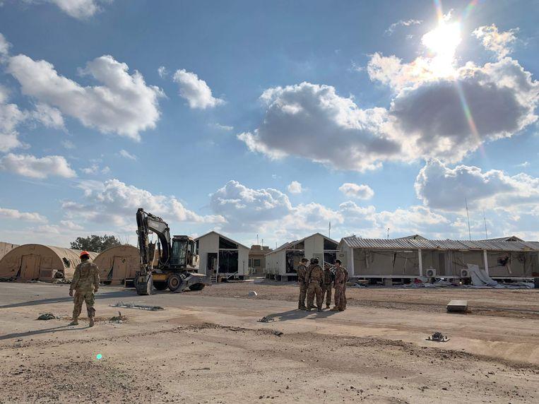 Amerikaanse soldaten ruimden vorige week brokstukken op de luchtmachtbasis van Ain al Asad op in de provincie Anbar. Iran lanceerde eerder een reeks raketten richting de luchtbasis.  Beeld AFP