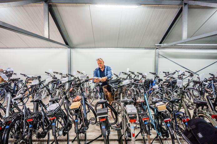 Erik Kexel van Wels 2 Wielers hangt de werkbon aan een net gerepareerde fiets.