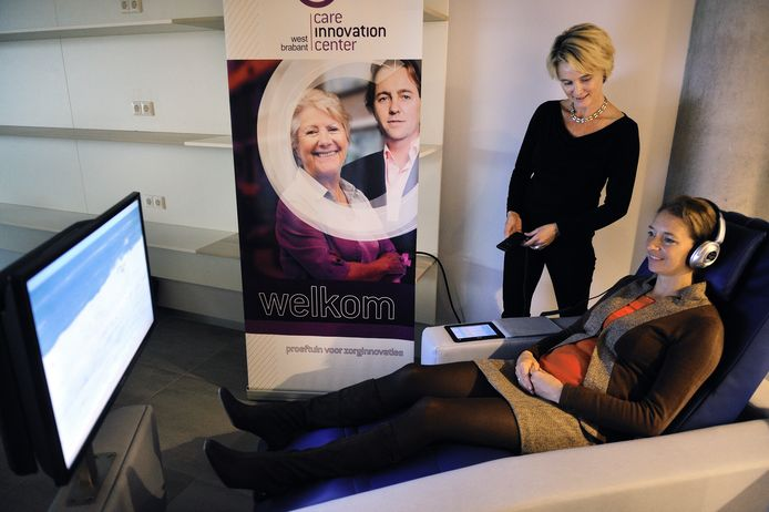 Chantal van Spaendonck in 2014 in een zogeheten belevingsstoel, een van de zorginnovaties die in het Huis van Morgen uitgeprobeerd konden worden.