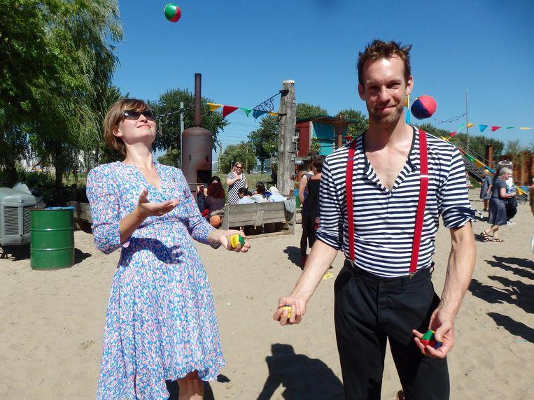 Papierknipkunstenaar Geertje Aalders krijgt les van jongleur Tristan Bruin Beeld Schuim