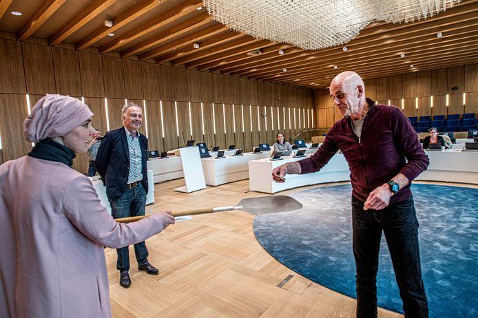Edwin Evers krijgt (op 1,5 meter) de Vertrouwenspin uitgereikt door wethouder Esmah Lahlah. Mede-initiatiefnemer Ralf Embrechts kijkt toe.