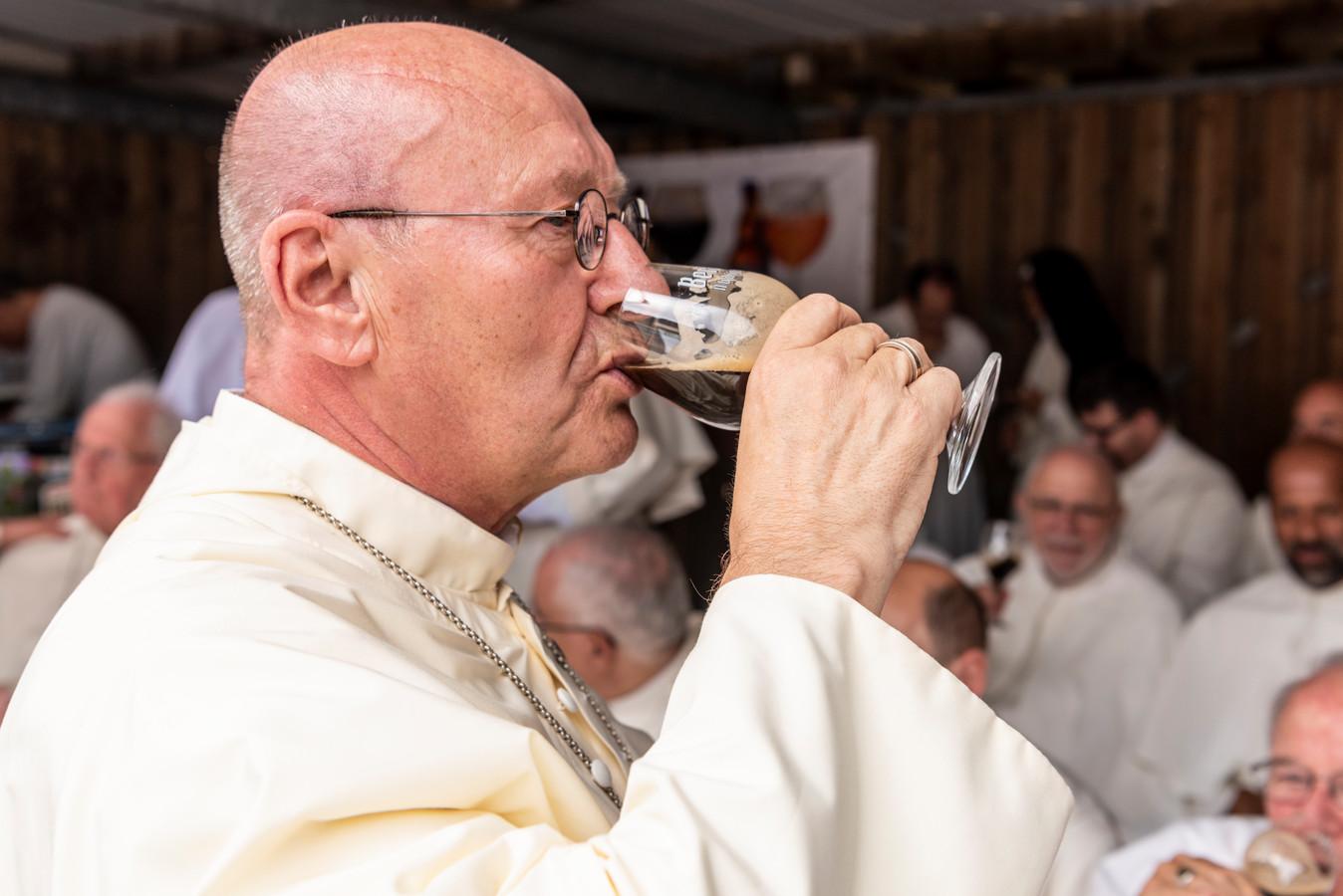 Archieffoto: abt Denis Hendrickx geniet van een Abt-generaal Quadrupel.