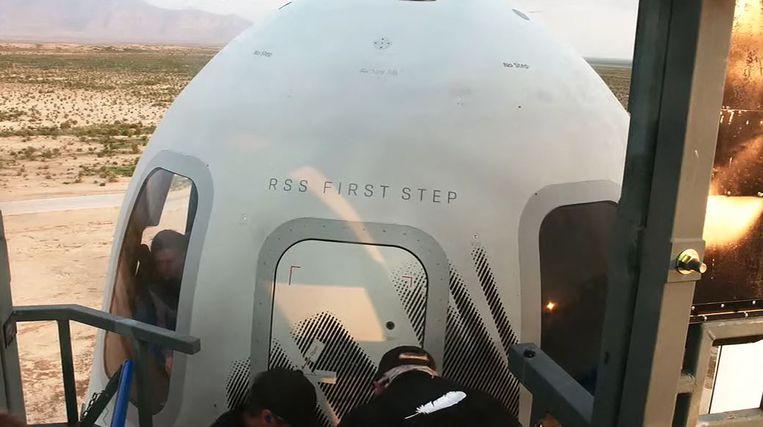 Links in het raam is de Nederlandse passagier Oliver Daemen te zien in de voorbereiding op de vlucht.  Beeld AFP