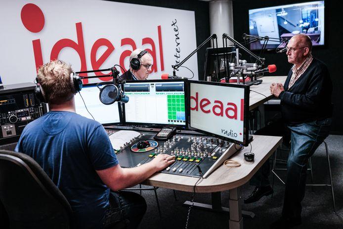 Het team van Radio Ideaal aan het werk tijdens een uitzending.