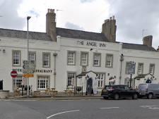 Un pub anglais refuse un homme de 78 ans sans smartphone, avant de s'excuser et de lui offrir des bières