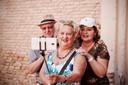 Ange Devolder maakt een selfie samen met enkele van haar medekandidaten.