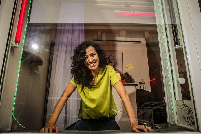 Een professor van de KU Leuven achter een raam in de Brusselse Aarschotstraat? Magaly Rodríguez García ziet er geen graten in. Prostitutie is al jaren één van haar onderzoeksdomeinen. Foto Pieter-Jan Vanstockstraeten / Photonews