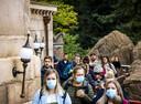 KAATSHEUVEL - Bezoekers in de Efteling. Om een te grote drukte te voorkomen, moeten tickets voor het attractiepark vanwege het coronavirus via een reserveringssysteem worden gekocht. ANP REMKO DE WAAL