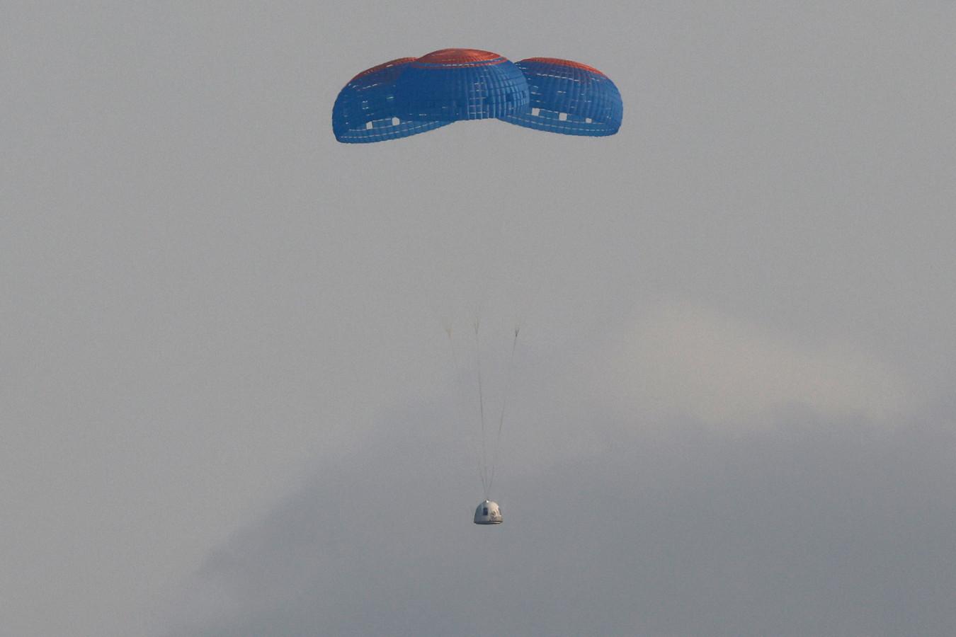 La capsule transportant Jeff Bezos et trois membres d'équipage revient en parachute après leur vol à bord de la fusée New Shepard de Blue Origin près de Van Horn, au Texas, aux États-Unis, le 20 juillet 2021.