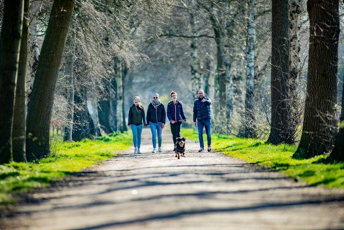 In het buitengebied van Deventer wandelt een gezin met hond.