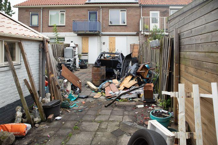 Een foto van de achterkant van de dichtgetimmerde woning aan de Snipstraat.