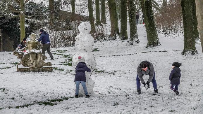 Een gezin leeft zich zaterdagnamiddag uit tijdens het maken van een sneeuwpop op de vestingen.