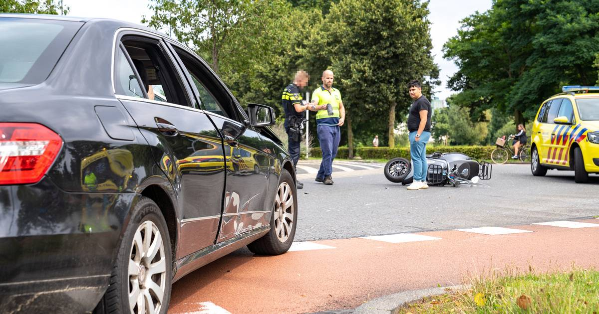 Bestuurster snorscooter gewond bij aanrijding op rotonde in Den Bosch.