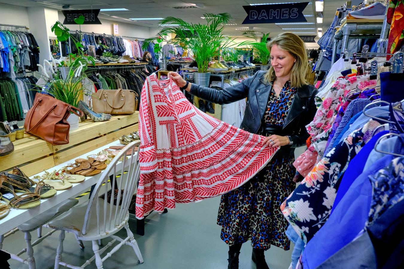 De ReShare Store in Dordrecht verkoopt deze week tweedehandskleding met een verhaal. Floormanager Marit Delwel: ,,Het heeft toch iets extra's om te weten welke weg het kledingstuk al heeft afgelegd.''