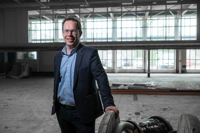 Bert Fröhlich, directeur van Kunstwerk! de Liemers, in een lege Hal12. De voormalige productiehal gaat 21 januari op slot en wordt verbouwd tot het nieuwe culturele hart van Zevenaar. Archieffoto: Jan van den Brink