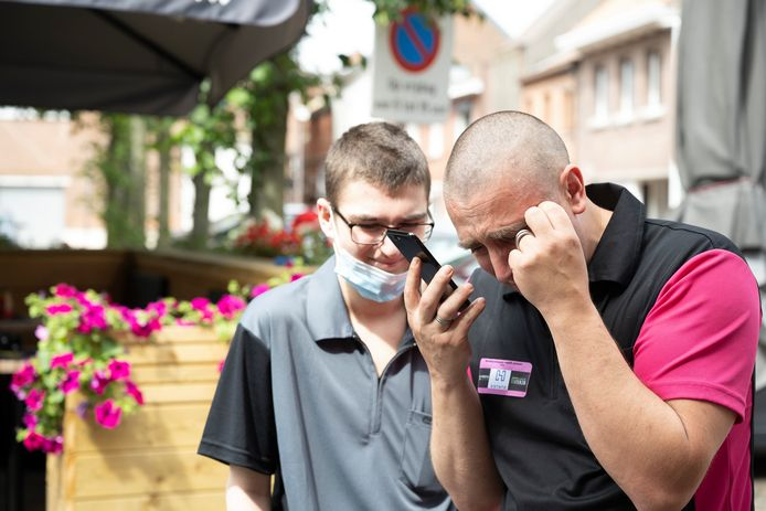 Emotioneel moment voor Kevin Orban: nu het record binnen is, belt hij met zijn vrouw Sandra, die herstelt van kanker.